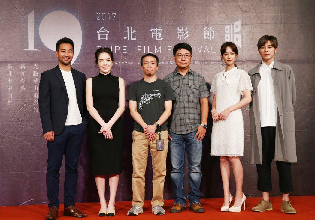 「麻醉風暴2:第一集特別版」晚間在台北中山堂舉行特別首映,主要演員黃健瑋(左一)...