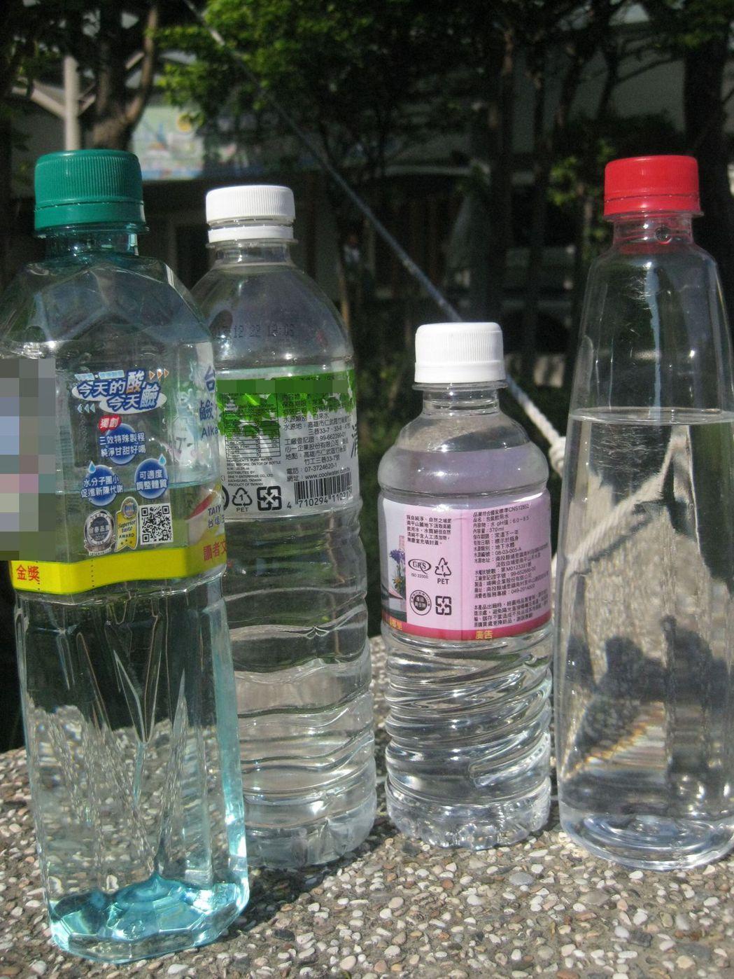 寶特瓶材質多樣化,醫生認為材質硬的較耐熱。記者簡慧珍/攝影
