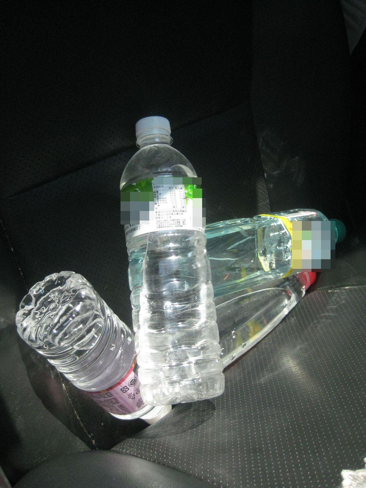寶特瓶裝礦泉水放在車內,車主離開後可能沒注意陽光照射水瓶。記者簡慧珍/攝影