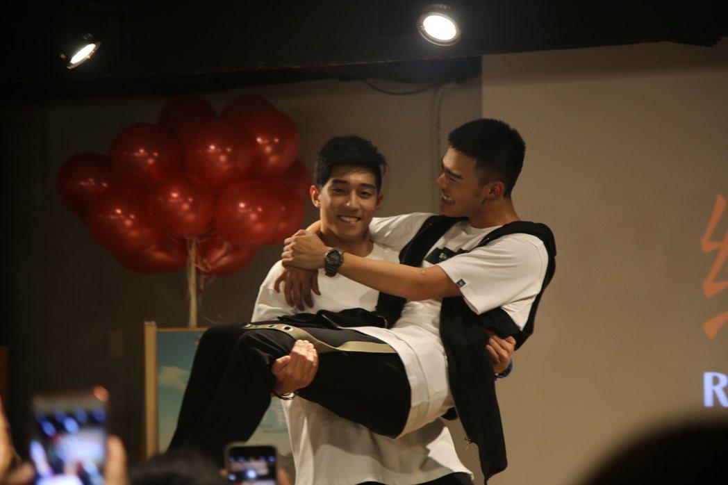 網劇「紅色氣球」戲中,徐韜(左)、陳世承「鮮肉情侶」出席粉絲會。圖/野火娛樂提供