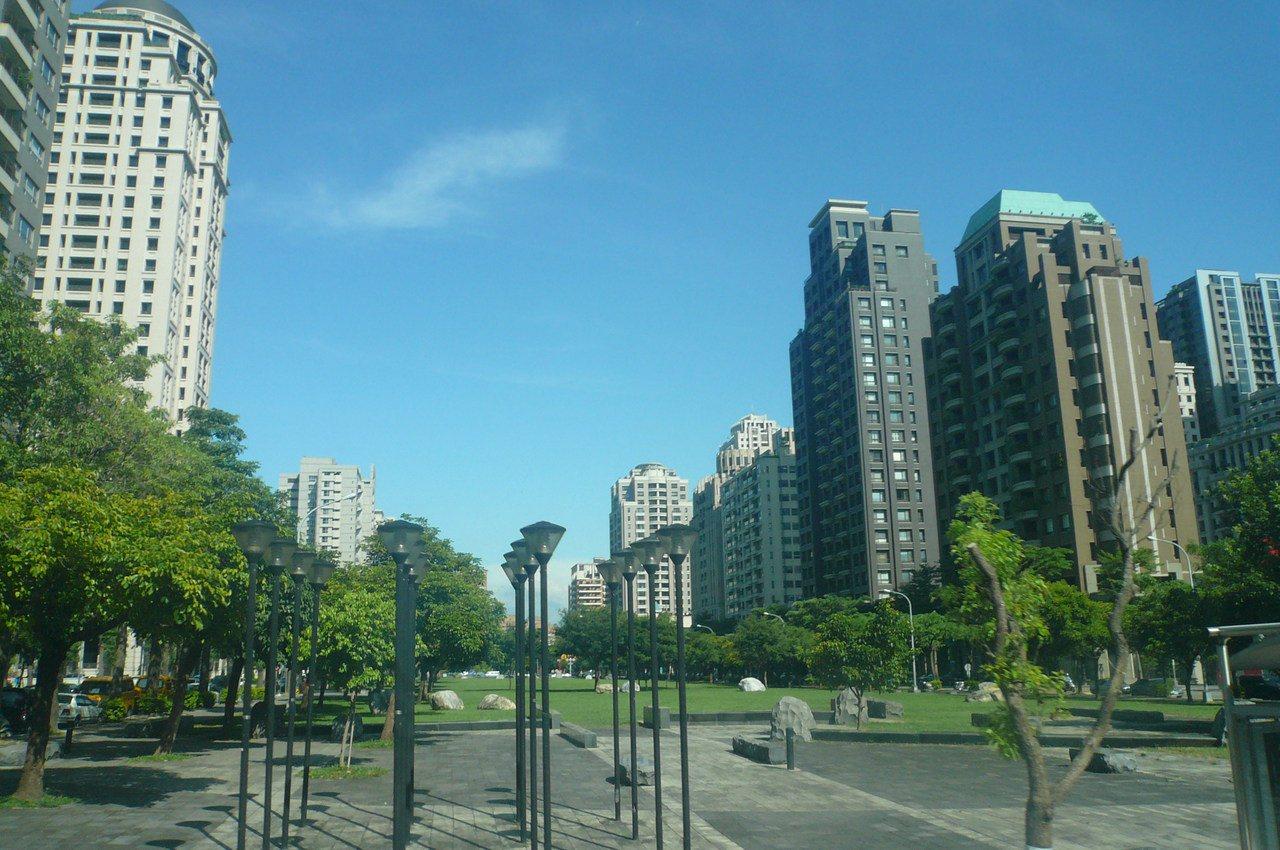 市場傳出贈與售屋重稅可破解,全國建物贈與棟數今年有回升趨勢。 記者游智文/攝影