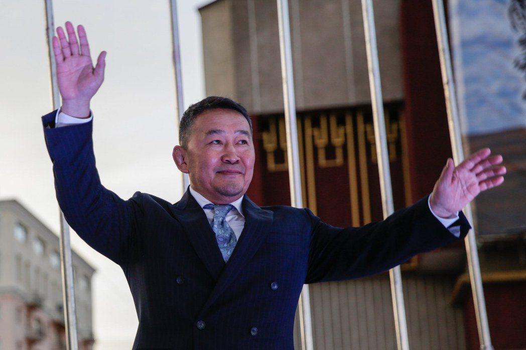 走民粹路線的前武術明星兼企業家巴圖勒嘎贏得蒙古總統決選。(歐新社)