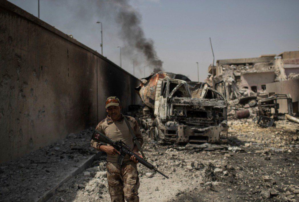伊拉克政府軍在摩蘇爾與伊斯蘭國奮戰。 (美聯社)