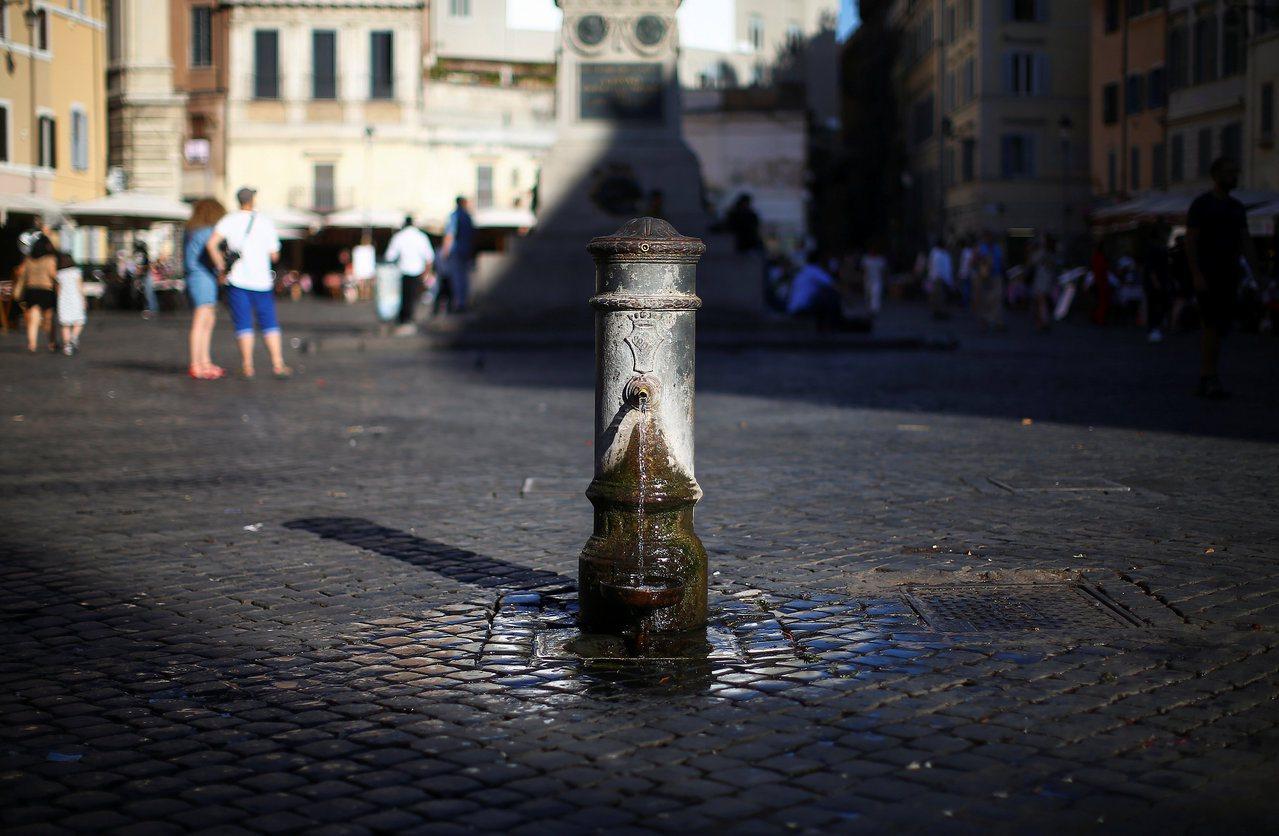 羅馬街上的飲水噴泉沒有水龍頭可關閉,全天候持續供水。 (路透)