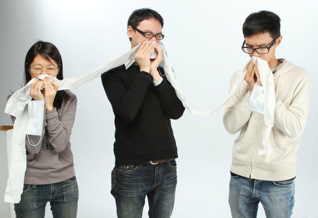 醫師指出,對於黏稠性一般的鼻涕,醫師建議一次擤一邊,不要過度用力。 圖/本報資料...