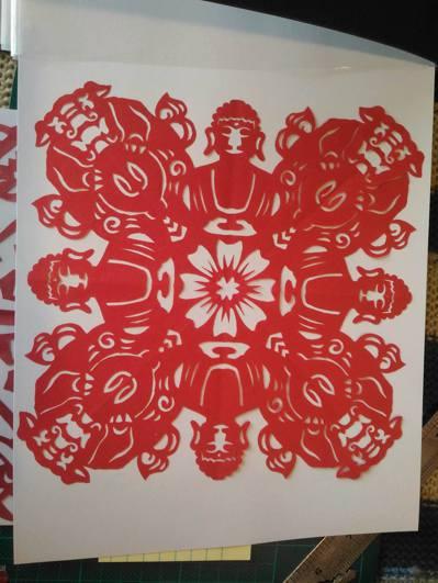 林昱君設計彰化印象主題,將八卦山大佛、石獅子、蓮花燈都剪進作品中。 圖/林敬家翻...