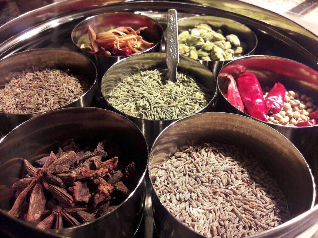 新竹豐邑喜來登大飯店準備印度食材,推出印度料理。圖/豐邑喜來登提供