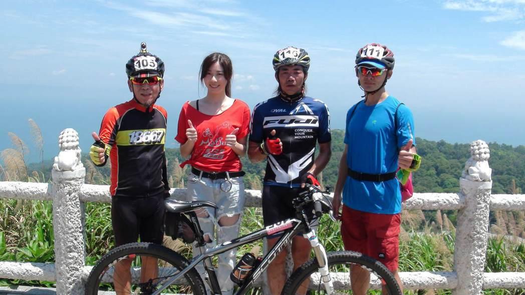 甜心女神張景嵐(左二),特別從台灣飛到馬祖為選手加油。 記者楊文琪/攝影