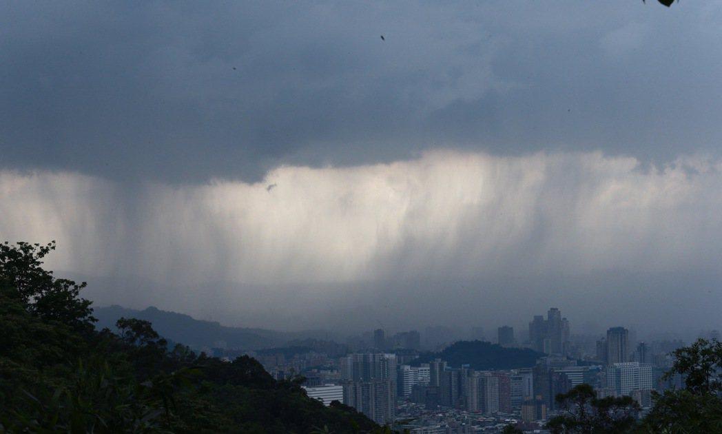 從台北山區往林口方向,正好可看見大雨從天而降,逐漸蔓延開來,伴隨著雷電,景象奇特...
