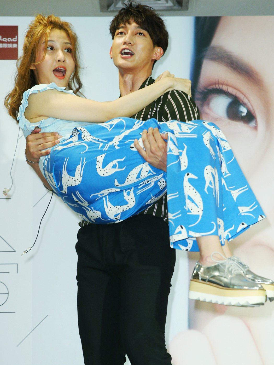 李宣榕(左)EP簽唱會下午舉行,師兄王家梁(右)送上公主抱。記者陳正興/攝影