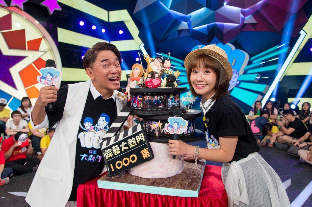 吳宗憲和Lulu開心收下翻糖蛋糕。圖/三立電視台提供
