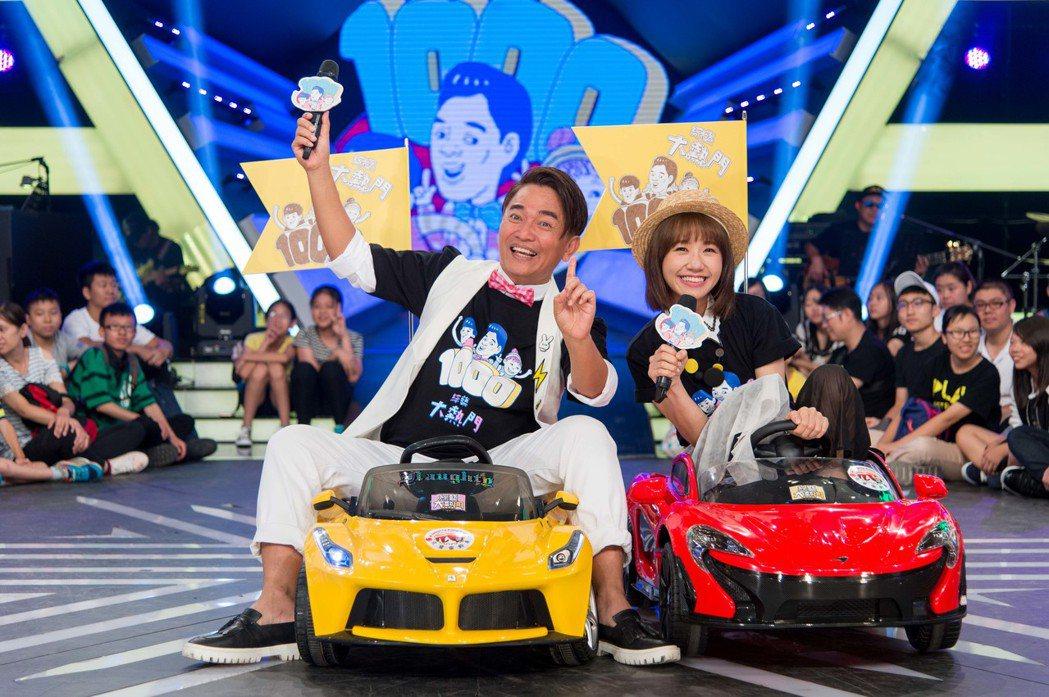 吳宗憲和Lulu坐迷你跑車出場。圖/三立電視台提供
