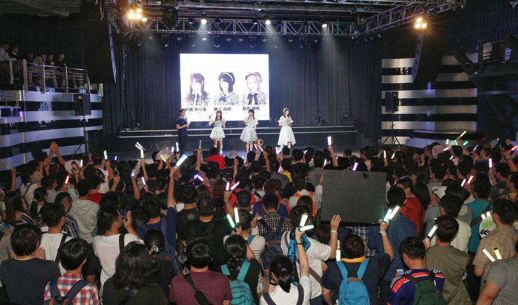 AKB48橫山由依、木崎Yuria、島田晴香歌迷見面簽名會下午在台北花漾展演空間...