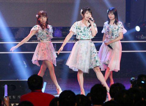 現在可說是日本「偶像」的戰國時代,多人數的成員、燦爛的笑容、載歌載舞的努力身姿,不知不覺就讓人跟著台上的女孩牽起嘴角,獲得滿心的治癒。有趣的是,雖然這些少女偶像團體們的形式都有點類似,攤開前十名榜單...