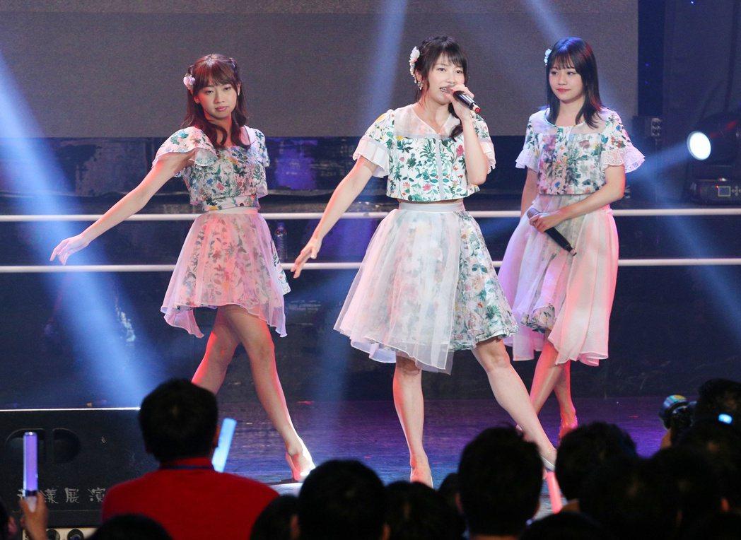 AKB48橫山由依(中)、木崎Yuria(左)、島田晴香(右)歌迷見面簽名會舉行...