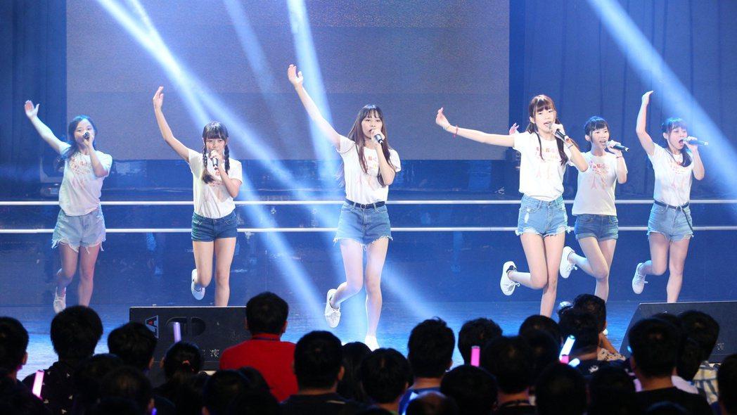 AKB48歌迷見面簽名會下午在台北花漾展演空間舉行,台灣練習生為活動開場。記者陳...
