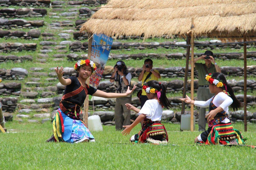 部落豐年祭進行時,攝影最好徵得同意,並不妨礙儀式進行。本報資料照片