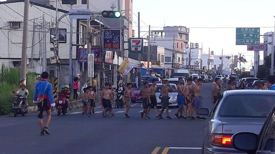 台東各部落豐年祭典期間,常見穿著華麗傳統服的族人穿梭街頭,尤其省道台11線常見,...