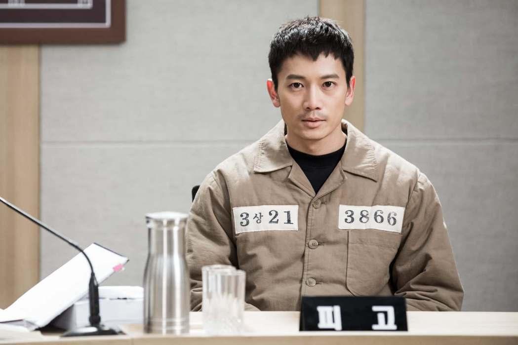 池晟在「被告人」中飾演遭蒙受殺害妻女罪名的檢察官。圖/八大提供