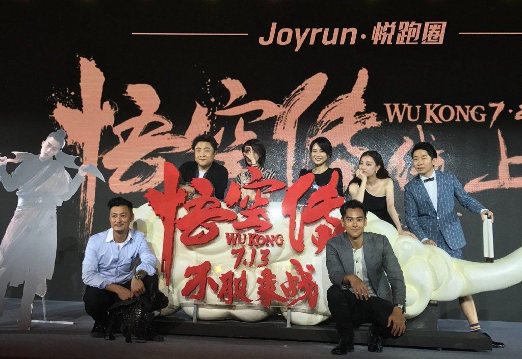 「悟空傳」劇組演員共同出席北京首映發布會,余文樂(前排左起)、彭于晏、喬衫(後排...