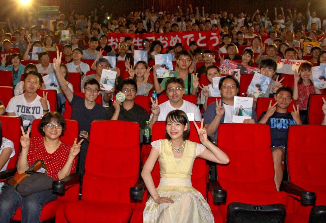 日本女星Non與粉絲看電影特映會。圖/前景提供