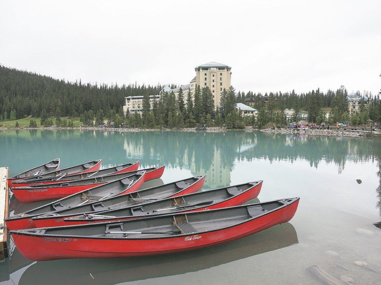 費爾蒙酒店和露易絲湖相映成趣。 記者葉君遠/攝影