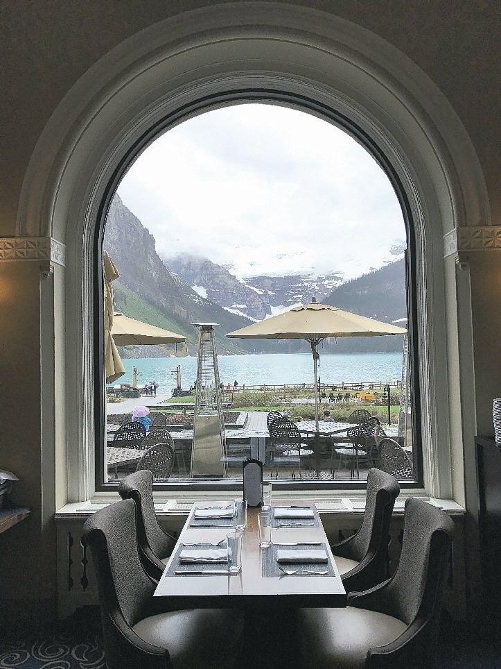 費爾蒙酒店一樓咖啡廳,用窗框將外面的露易絲湖光山色攬進優閒時光裡。 記者葉君遠/...