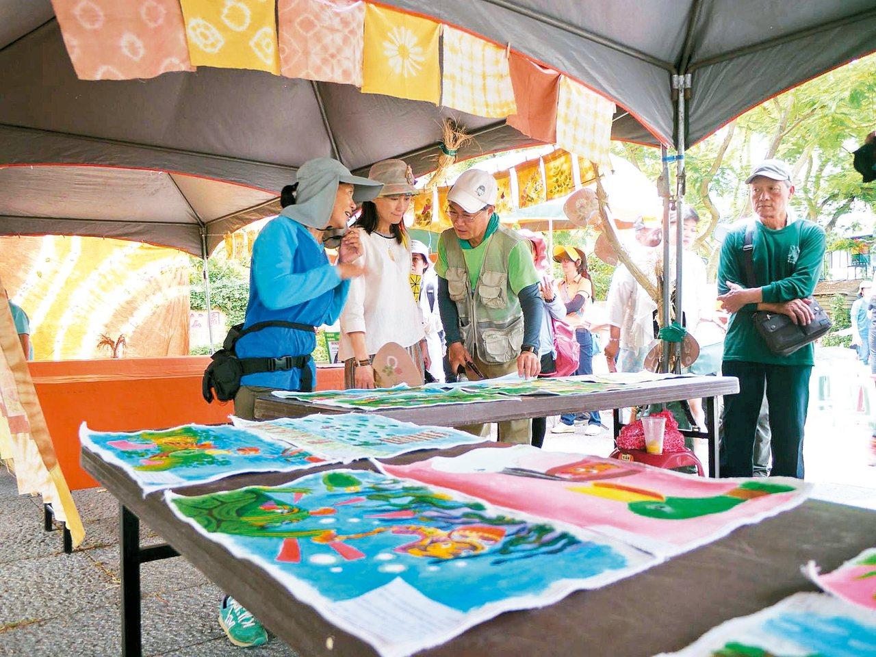 鳥松濕地公園生態豐富,今年環境藝術季創作百件作品,皆以現地材料當創作素材。 記者...