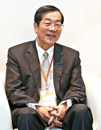 前教育部長、現任高教評鑑中心董事長黃榮村(圖)表示,台灣高等教育是「歐洲身、美國...