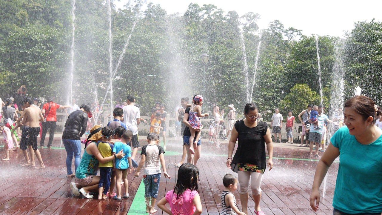 剛啟用的暖暖親水公園,是夏天戲水消暑好去處。 圖/基隆市政府提供