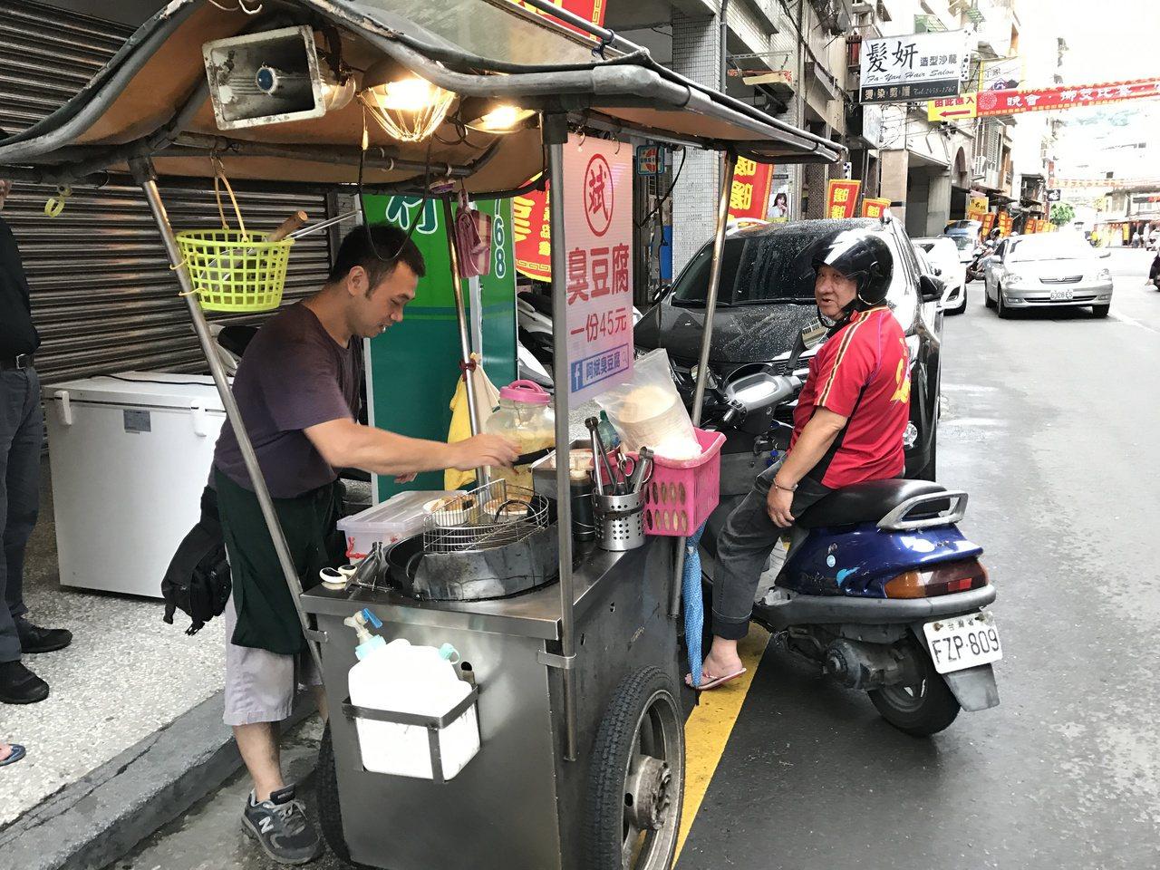 暖暖老街的新街景,傍晚才出來叫賣的臭豆腐,許多老饕聞「臭」而來。 記者吳淑君/攝...