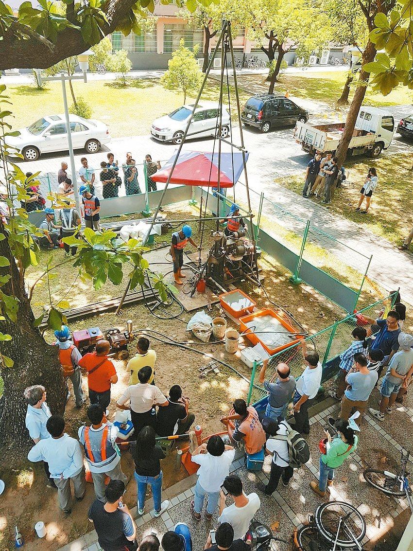 成大最近在校園內舉辦土壤液化鑽探技術講習,現場示範正確的鑽探方式。 記者修瑞瑩/...