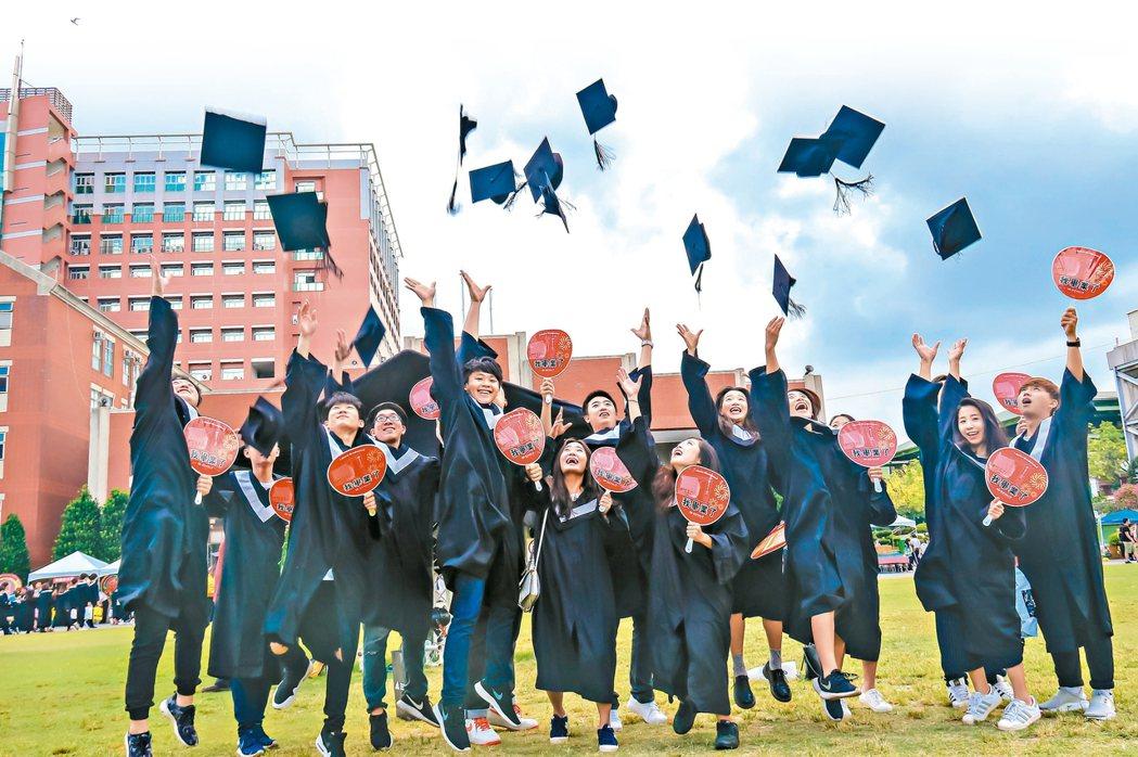 少子化情勢嚴峻,大學培育人才「一個都不能少」。絕大多數大學校長認為,台灣高教走「...