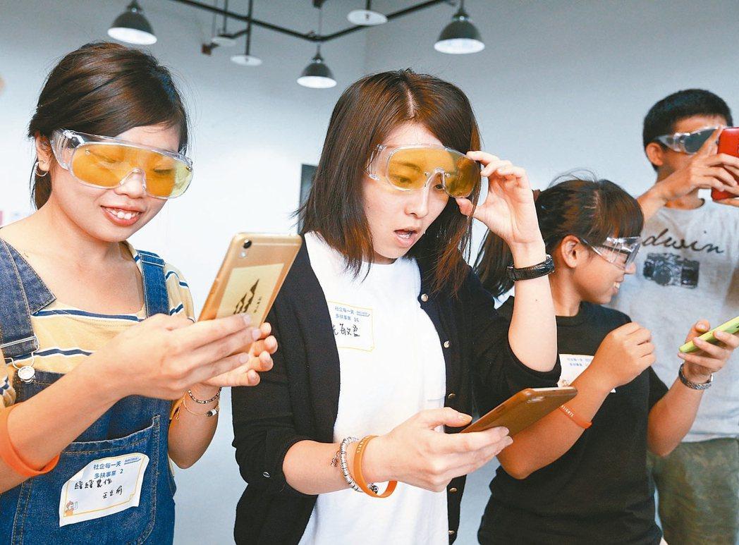 多扶事業昨天舉辦工作坊,讓學員體驗老人身體上的不便,例如戴上黃色眼鏡,模擬老人的...