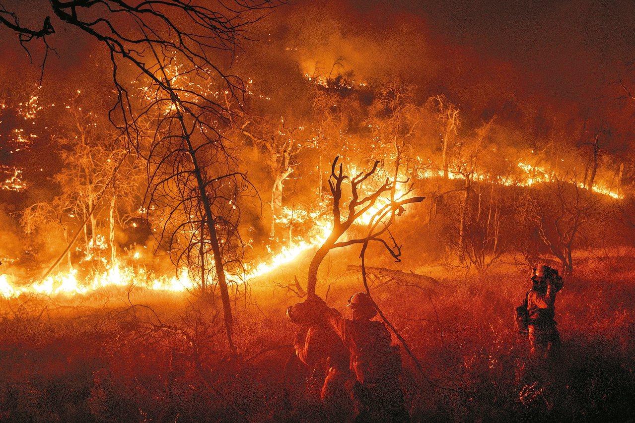 美國加州奧羅維爾林火蔓延,消防隊員八日疲於奔命。 美聯社