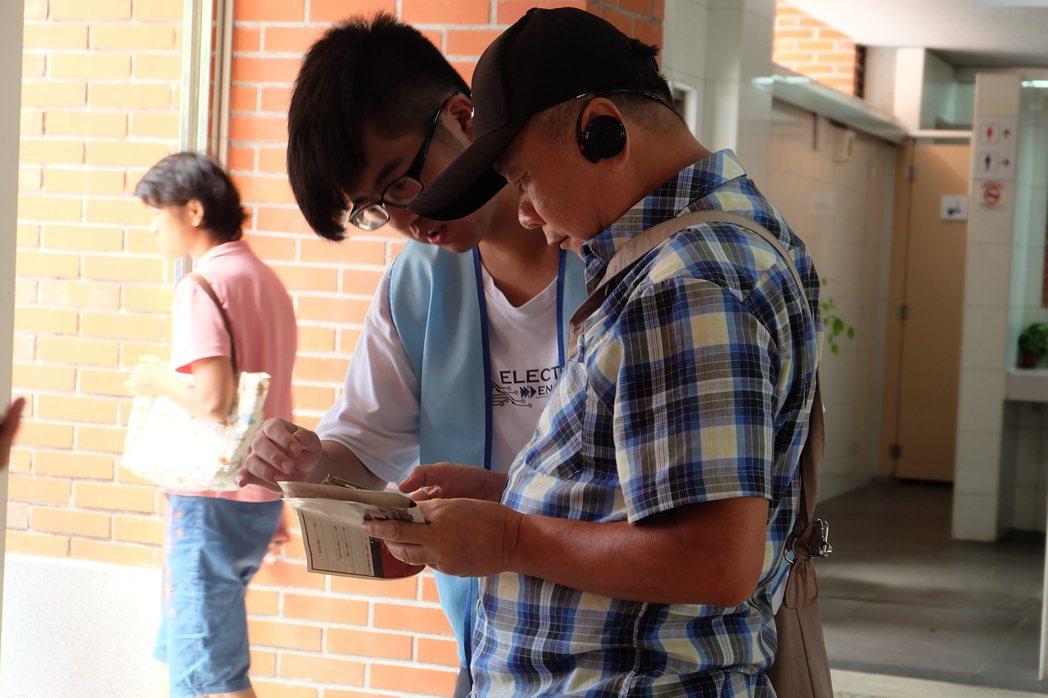 昨天志工團到頭城火車站鼓勵遊客下載他們開發的App,實驗室指導老師張介仁說,這是...