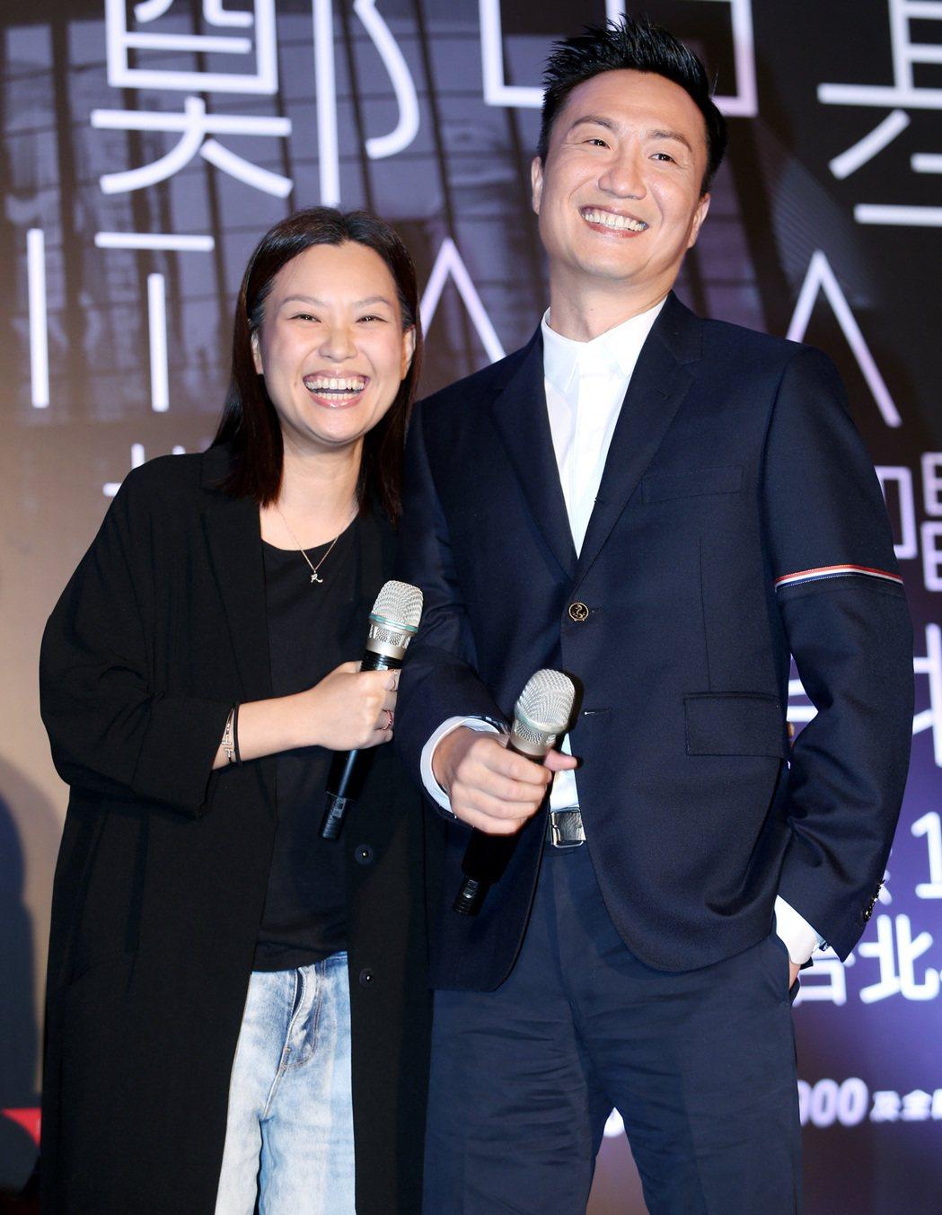 鄭中基(右)舉行記者會,太太余思敏(左)意外現身舞台。記者侯永全/攝影
