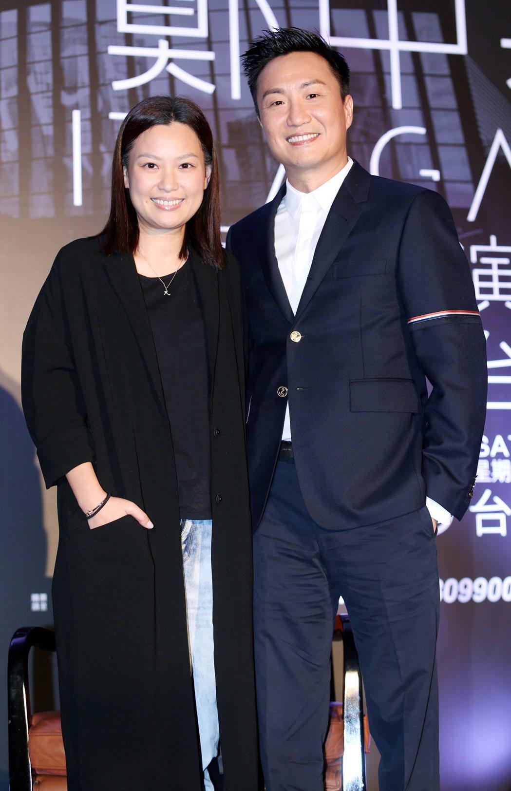 鄭中基(右)舉行世界巡迴演唱會台北站發布會,太太余思敏(左)意外現身舞台。記者侯...