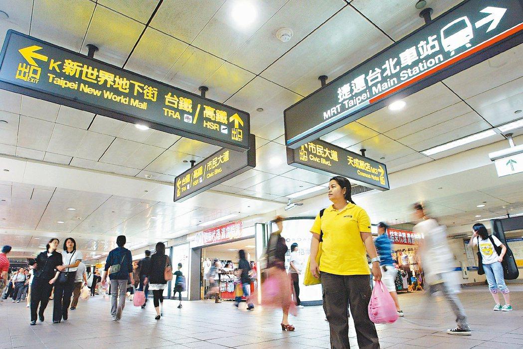 台北車站六鐵加上五條地下街的指標,令人眼花撩亂,宛如一座大迷宮。 本報資料照片