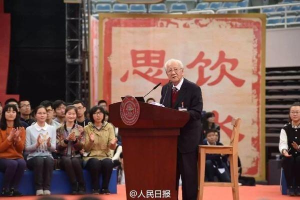 2016年4月8日,上海交大官方微博發布一張120周年校慶照片,黃旭華受邀演講。...