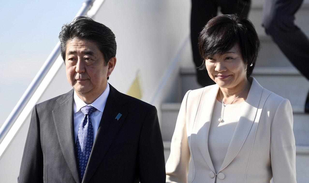 日本首相安倍晉三(左)在G20漢堡峰會後與妻子一同訪問芬蘭。 美聯社