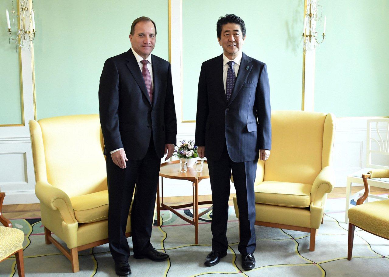 日本首相安倍晉三(右)在G20漢堡峰會後訪問瑞典首相斯蒂凡·洛夫文(左)。 美聯...