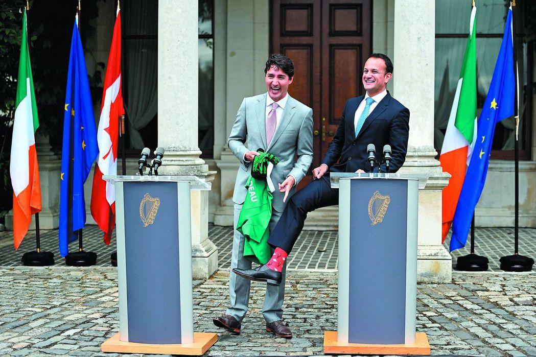 愛爾蘭新任總理瓦拉德卡(右)露出白色楓葉和加拿大皇家騎警圖案的大紅色襪子,讓加拿...