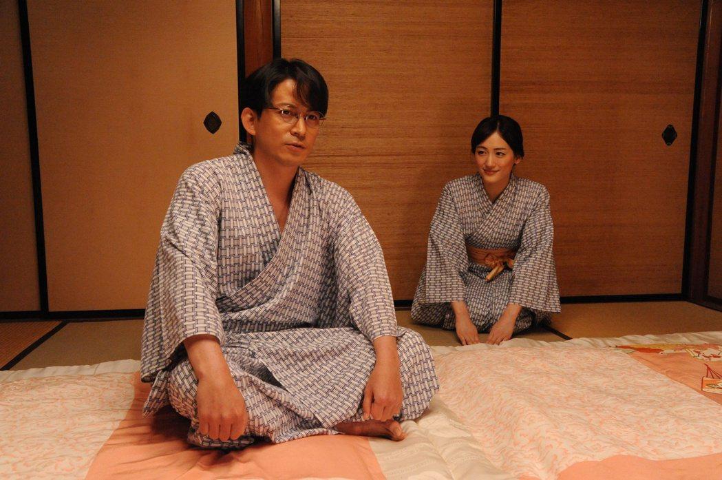 綾瀨遙在新片「名叫海賊的男人」中扮演岡田准一(左)的妻子。圖/采昌國際多媒體提供