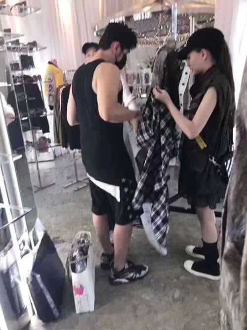 日前網友在網路上曝光一張周杰倫與昆凌在服飾店試衣的照片。 圖/擷自Hannah昆