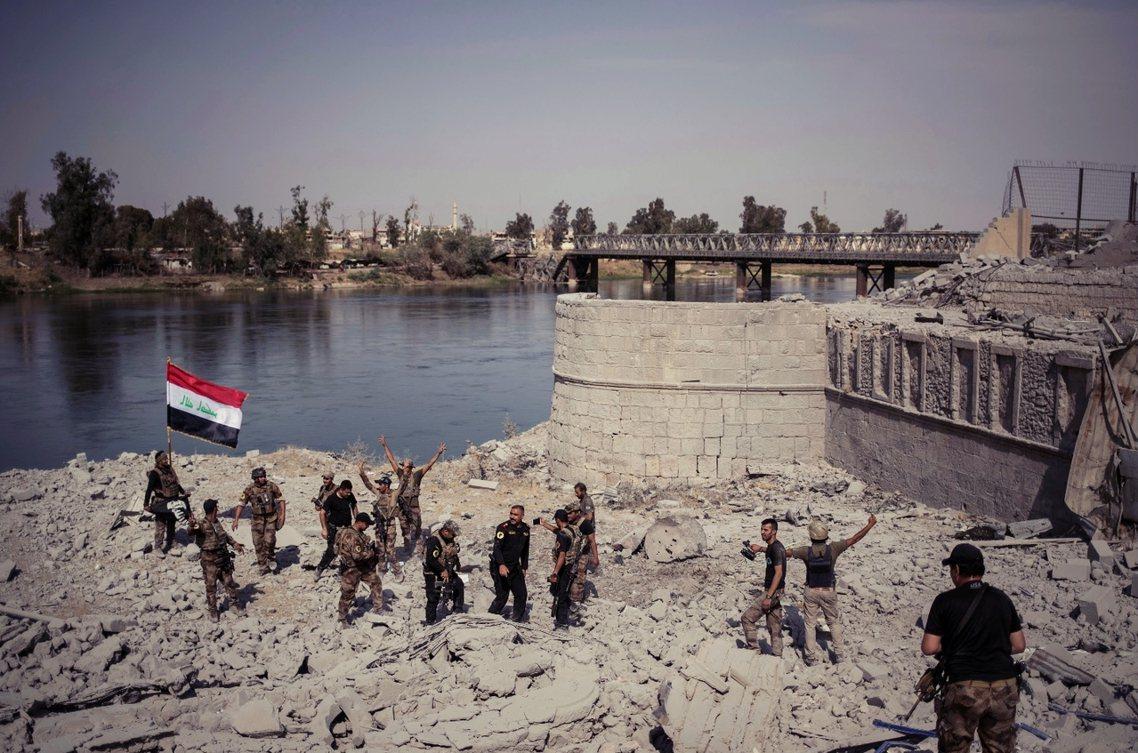 摩蘇爾城內,底格里斯河畔歡慶勝利的伊拉克軍隊。 圖/美聯社