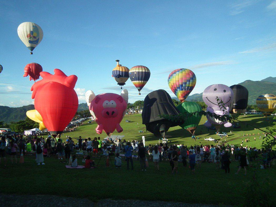 2017台灣國際熱氣球嘉年華活動,在鹿野高台順利成功起飛15顆熱氣球。記者尤聰光...