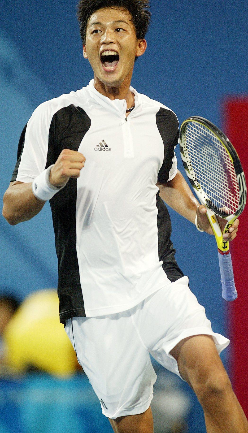 世界排名77的中華奧運網球選手盧彥勳在2008年北京奧運男單網球賽中,奮戰兩盤,...