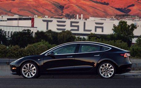 Tesla Model 3 已正式從工廠下線 首部車主將會是....