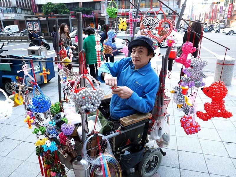 對於身心障礙者來說,街頭藝人表演不僅是興趣,也可能是他們主要的生計來源。示意圖,...